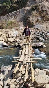 En af de broer, der skulle krydses for at komme til en af skolerne i den uvejsomme Banglungprovins